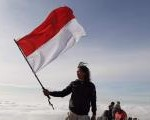 Isi Hari Kemerdekaan, Biker Ini Kibarkan Merah Putih di Gunung Kerinci.